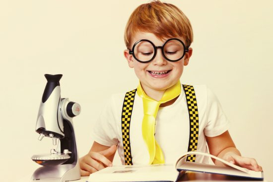 https://www.jmouders.nl/vrije-tijd/lezen/voorlezen/De-leukste-kinderboeken-over-uitvindingen-en-wetenschap  Origineel van http://www.gettyimages.co.uk/detail/photo/little-scientist-royalty-free-image/160735857